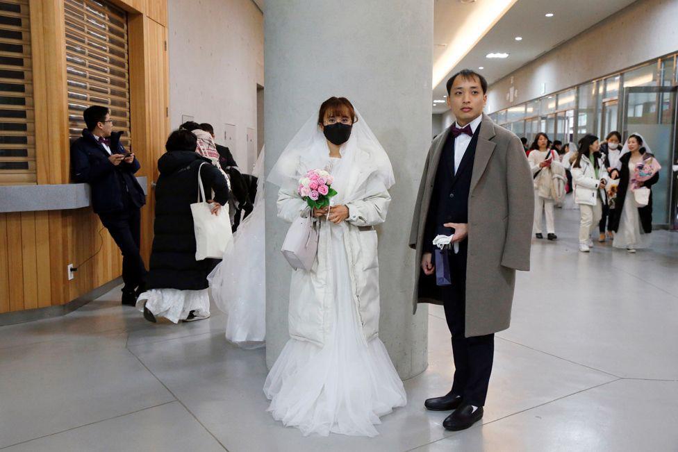 6000 cặp đôi trong đám cưới tập thể ở Hàn Quốc giữa dịch virus corona: Người đeo khẩu trang kín mít, người vẫn 'bất chấp' trao nụ hôn - Ảnh 3.