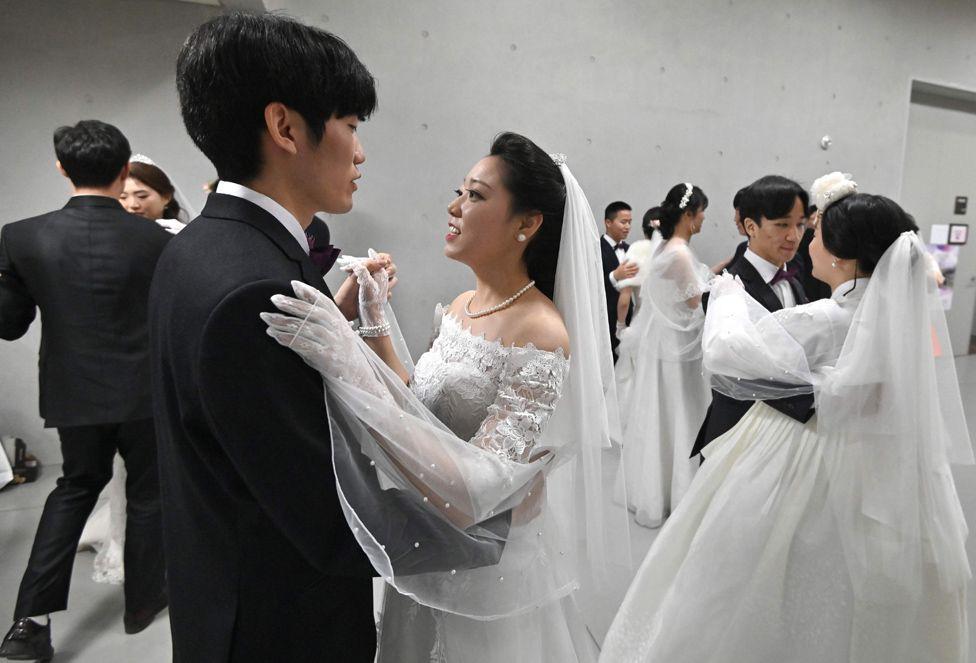 6000 cặp đôi trong đám cưới tập thể ở Hàn Quốc giữa dịch virus corona: Người đeo khẩu trang kín mít, người vẫn 'bất chấp' trao nụ hôn - Ảnh 2.