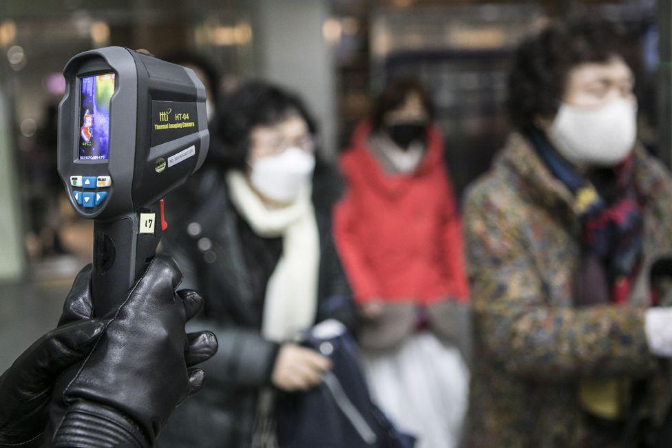 6000 cặp đôi trong đám cưới tập thể ở Hàn Quốc giữa dịch virus corona: Người đeo khẩu trang kín mít, người vẫn 'bất chấp' trao nụ hôn - Ảnh 8.