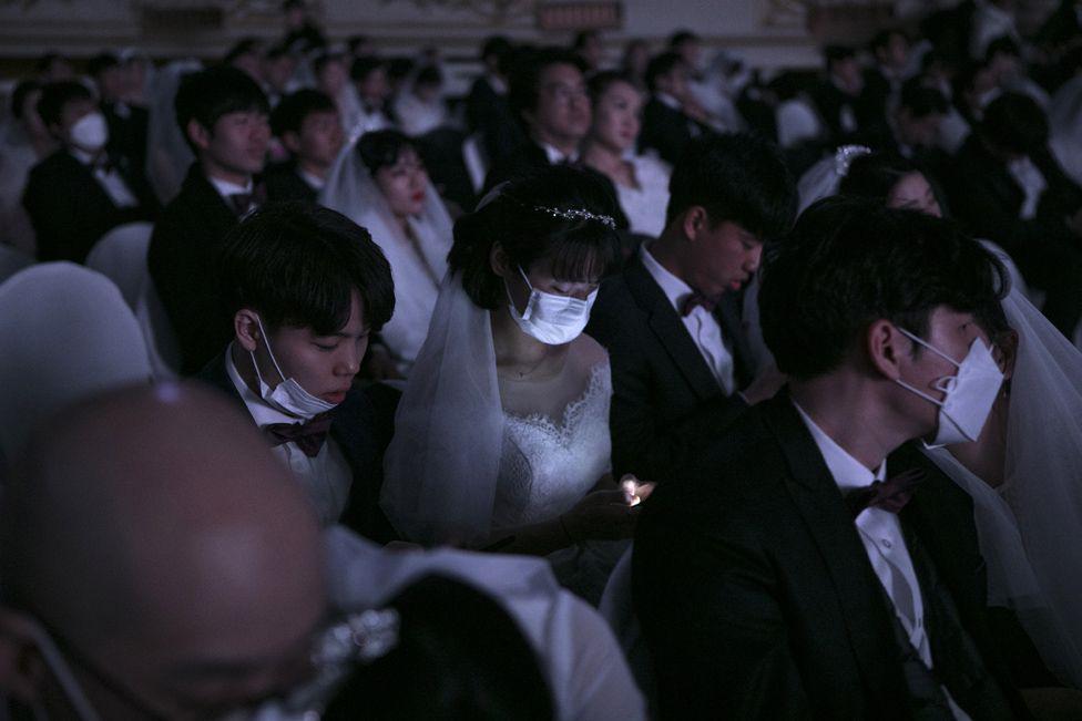 6000 cặp đôi trong đám cưới tập thể ở Hàn Quốc giữa dịch virus corona: Người đeo khẩu trang kín mít, người vẫn 'bất chấp' trao nụ hôn - Ảnh 12.