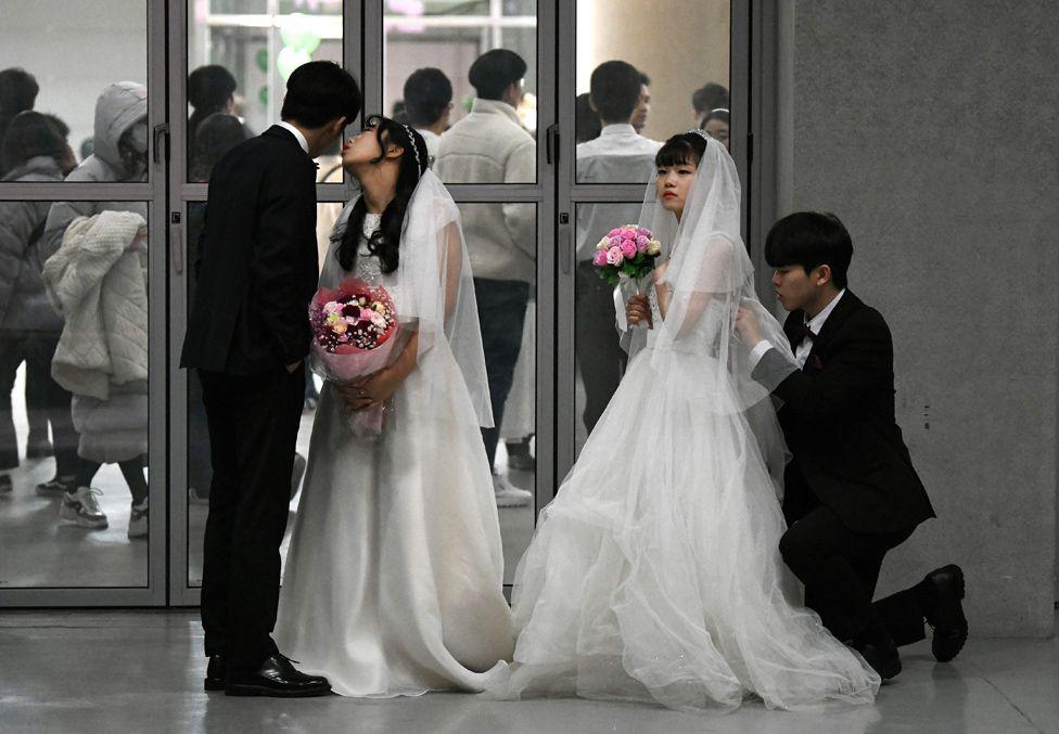 6000 cặp đôi trong đám cưới tập thể ở Hàn Quốc giữa dịch virus corona: Người đeo khẩu trang kín mít, người vẫn 'bất chấp' trao nụ hôn - Ảnh 6.