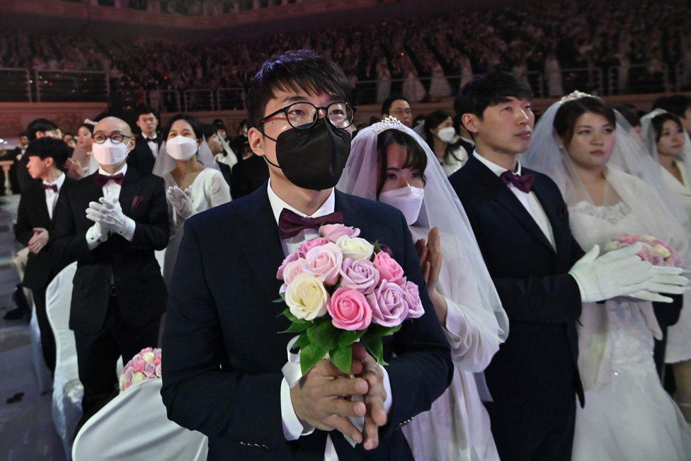6000 cặp đôi trong đám cưới tập thể ở Hàn Quốc giữa dịch virus corona: Người đeo khẩu trang kín mít, người vẫn 'bất chấp' trao nụ hôn - Ảnh 11.