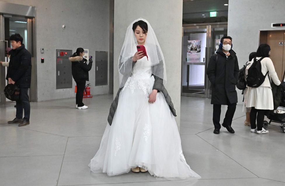 6000 cặp đôi trong đám cưới tập thể ở Hàn Quốc giữa dịch virus corona: Người đeo khẩu trang kín mít, người vẫn 'bất chấp' trao nụ hôn - Ảnh 7.