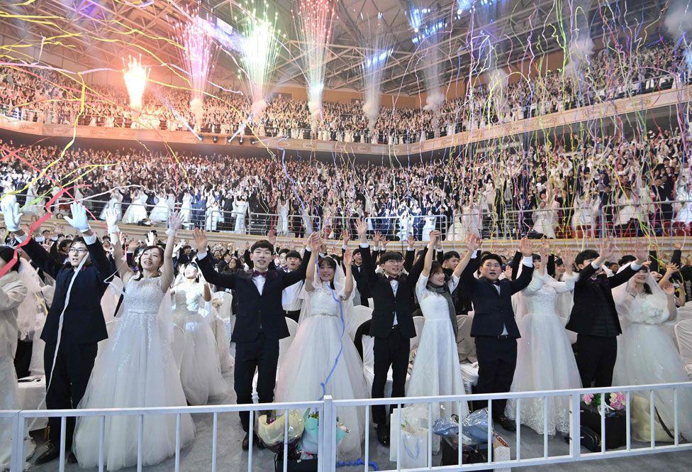 6000 cặp đôi trong đám cưới tập thể ở Hàn Quốc giữa dịch virus corona: Người đeo khẩu trang kín mít, người vẫn 'bất chấp' trao nụ hôn - Ảnh 14.
