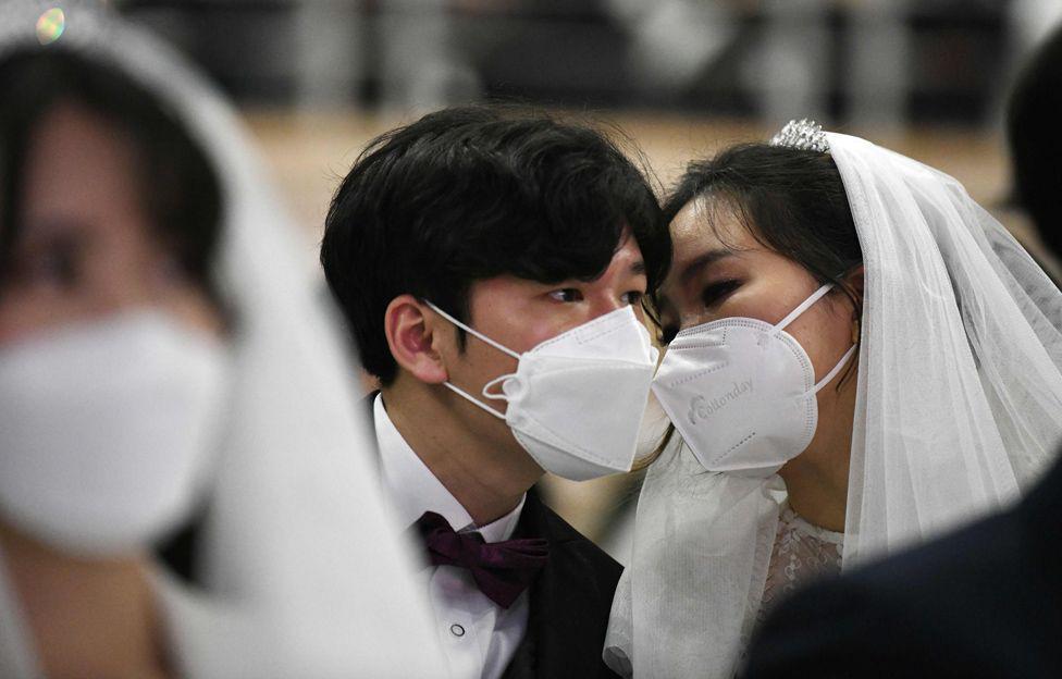 6000 cặp đôi trong đám cưới tập thể ở Hàn Quốc giữa dịch virus corona: Người đeo khẩu trang kín mít, người vẫn 'bất chấp' trao nụ hôn - Ảnh 9.
