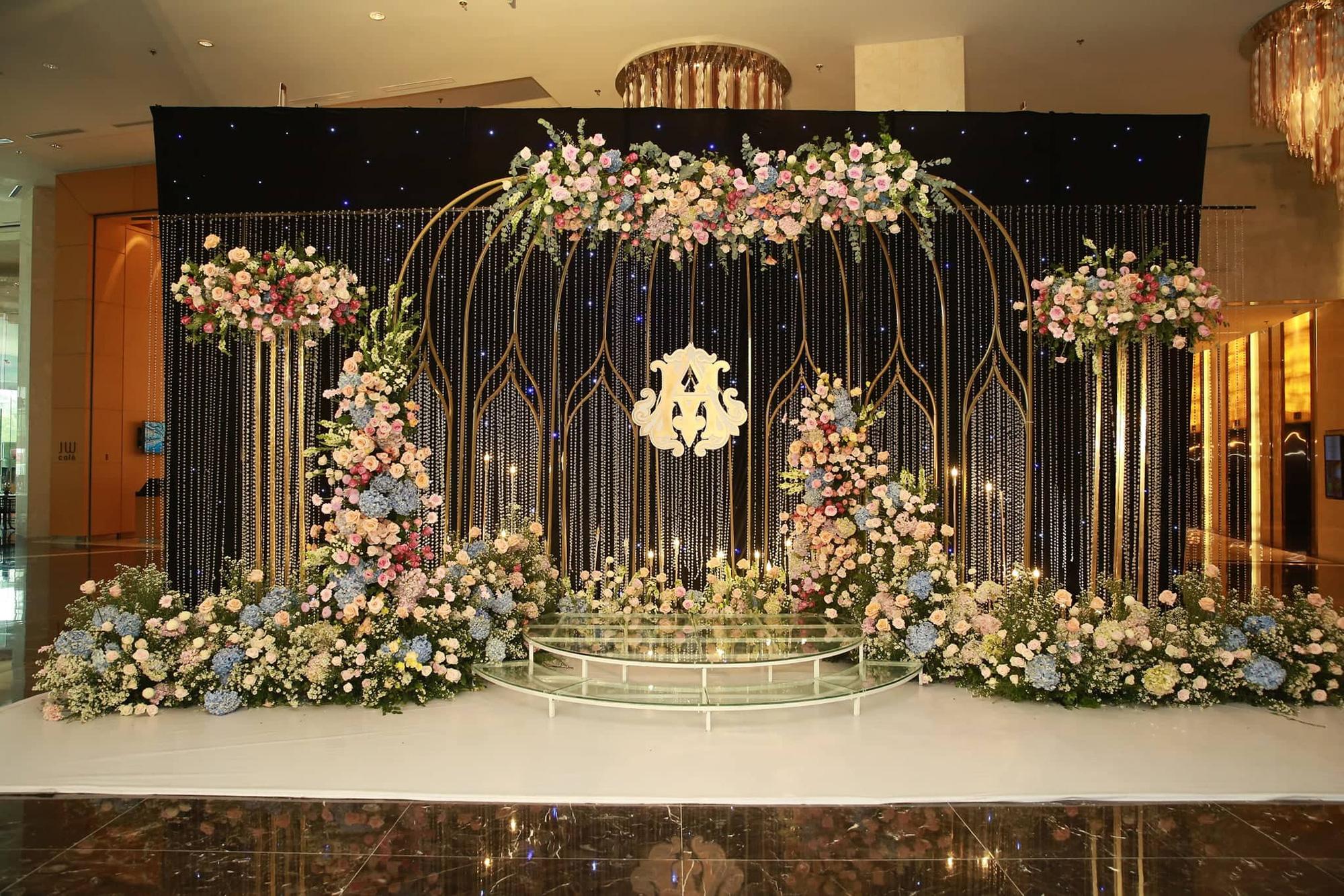 Chiếc váy trăm triệu của Quỳnh Anh bất ngờ được đặt giữa lễ đường, chiêm ngưỡng không gian sảnh cưới đẹp như cổ tích trước giờ G - Ảnh 3.