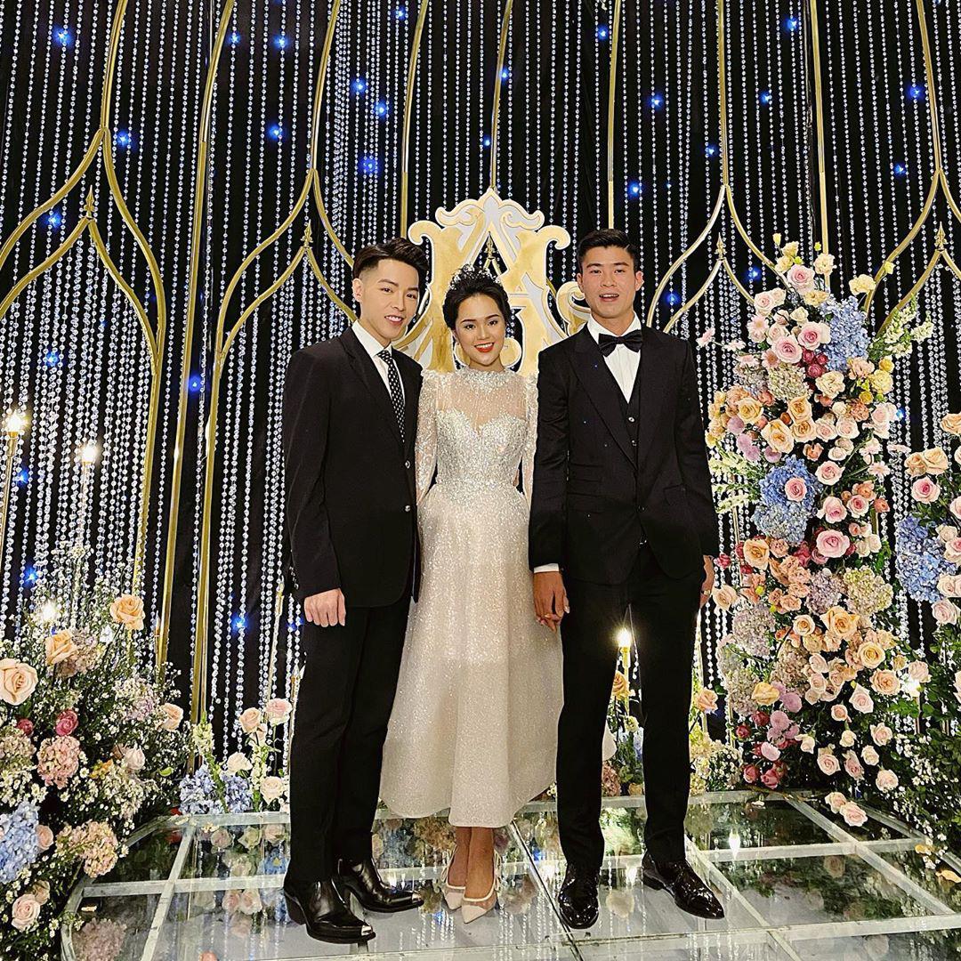 """Chỉ 1 bức ảnh chụp cùng Đức Phúc mà cô dâu Quỳnh Anh để lộ điểm đặc biệt ở chiếc """"váy cưới cổ tích""""  - Ảnh 1."""