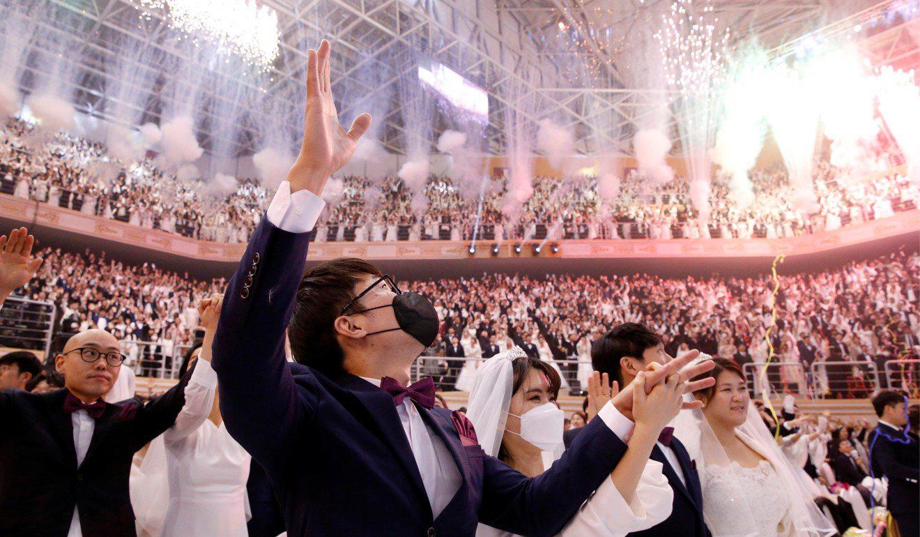 6000 cặp đôi trong đám cưới tập thể ở Hàn Quốc giữa dịch virus corona: Người đeo khẩu trang kín mít, người vẫn 'bất chấp' trao nụ hôn - Ảnh 13.