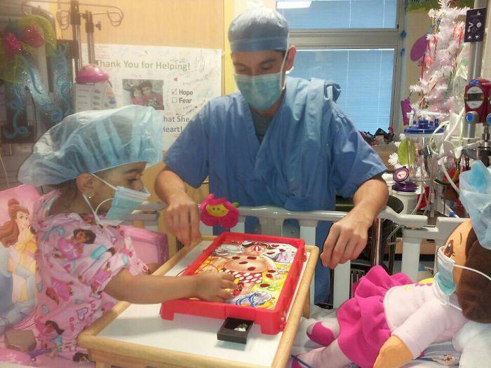Đừng căng thẳng, chú sẽ chơi trò Dora the Explorer với cháu cho đến giờ phẫu thuật