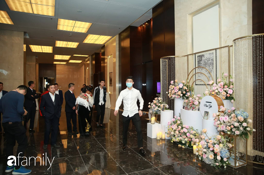 Chiếc váy trăm triệu của Quỳnh Anh bất ngờ được đặt giữa lễ đường, chiêm ngưỡng không gian sảnh cưới đẹp như cổ tích trước giờ G - Ảnh 12.