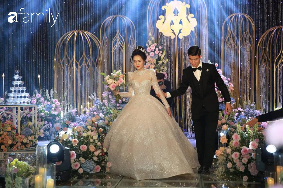"""Chỉ 1 bức ảnh chụp cùng Đức Phúc mà cô dâu Quỳnh Anh để lộ điểm đặc biệt ở chiếc """"váy cưới cổ tích""""  - Ảnh 4."""