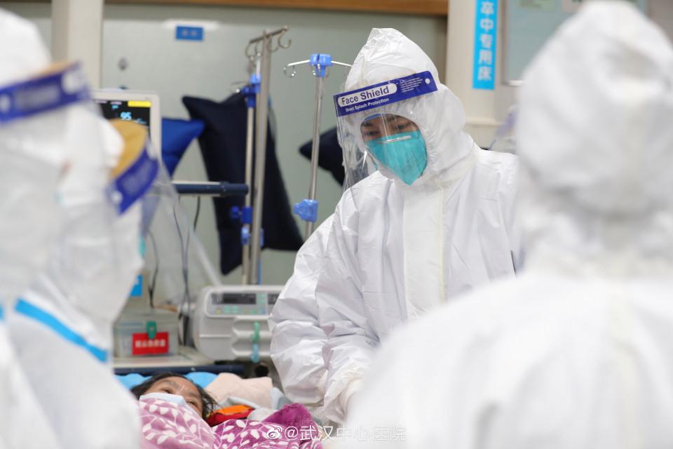 """Loạt ảnh """"vỡ trận"""" trong bệnh viện Vũ Hán: Xác chết la liệt, người dân chen lấn đòi điều trị y tế, bác sĩ mặc bỉm cả ngày vì không thể đi vệ sinh - Ảnh 4."""
