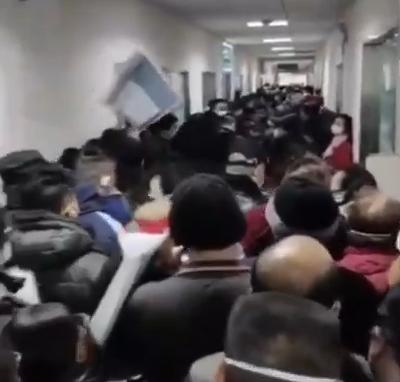 """Loạt ảnh """"vỡ trận"""" trong bệnh viện Vũ Hán: Xác chết la liệt, người dân chen lấn đòi điều trị y tế, bác sĩ mặc bỉm cả ngày vì không thể đi vệ sinh - Ảnh 8."""