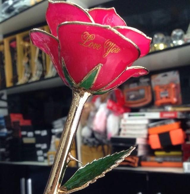 Ngoài sản phẩm trên, bông hồng mạ vàng 24K cũng được nhiều khách hàng lựa chọn. Ảnh: Ngọc Lan.