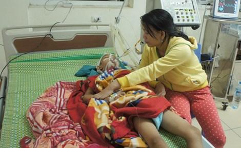 Bé Nguyễn Ngọc Chiến (10 tuổi) đang được cấp cứu, điều trị tại BV Sản-Nhi Nghệ An. Ảnh: Đắc Lam