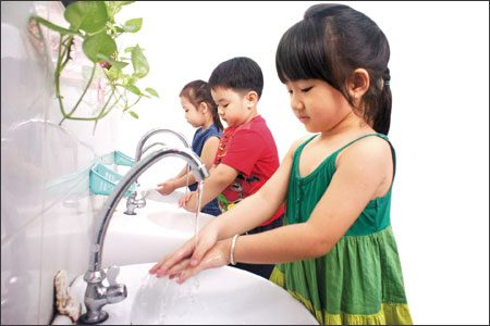 Image result for bé rửa tay