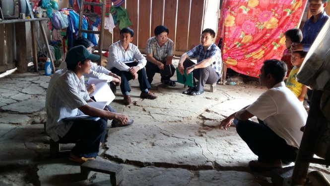 Cán bộ y tế tỉnh Đắk Lắk  làm việc tại nhà bé L.A.P, bệnh nhân dương tính với vi khuẩn nhiễm não mô cầu - Ảnh: Phạm Văn Lào