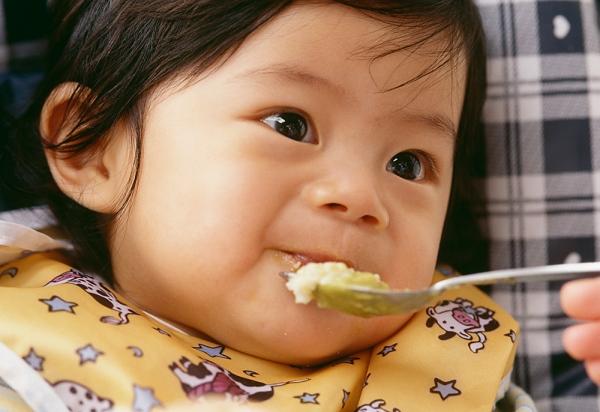 Trẻ dễ rối loạn tiêu hóa nếu ăn dặm sớm