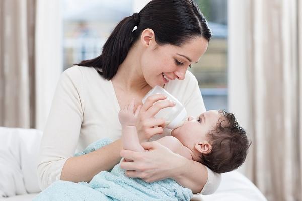 Lý do không nên cho trẻ sơ sinh uống sữa bò