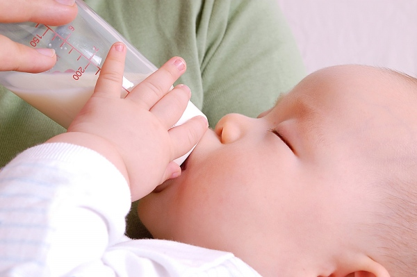 Đừng cho con uống sữa thừa sau một tiếng