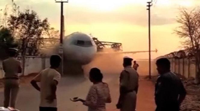 Chiếc máy bay đổ ập xuống bức tường sau sự cố - Ảnh chụp từ video clip