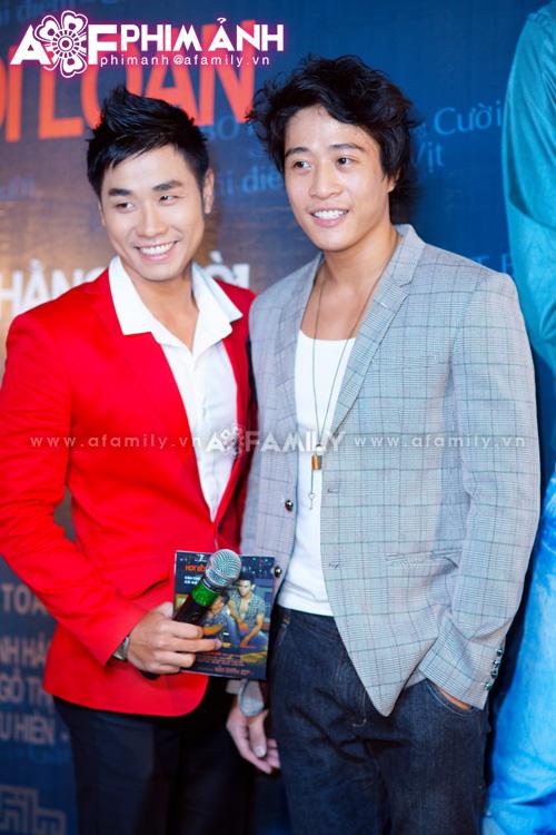 Linh Sơn (bên phải) vai đồng tính phản diện trong phim và MC Nguyên Khang
