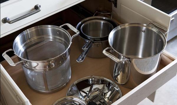 Căn bếp trắng đen sang trọng, tiện nghi