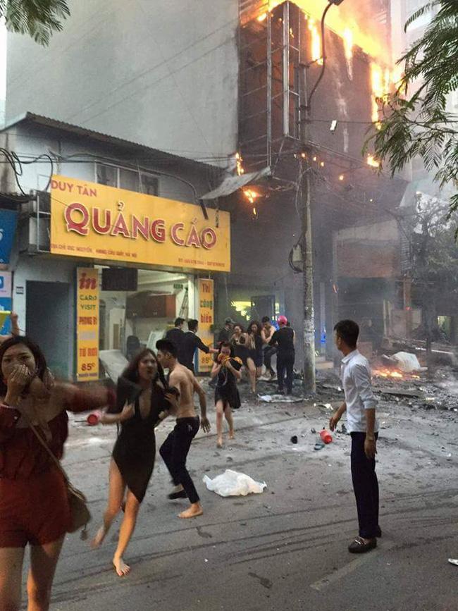 Cô gái trong bức ảnh tháo chạy khỏi quán karaoke: Chúng tôi lột áo ngực ra dấp nước bịt mũi để không bị ngạt khói - Ảnh 1.