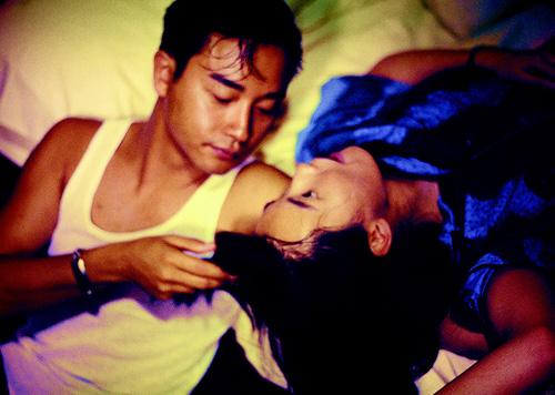 """Vai diễn không lời thoại trong cảnh cuối của phim do Lương Triều Vỹ đảm  nhận, là nhân vật chính trong hai bộ phim nối tiếp sau này: """"Tâm trạng khi  yêu"""" và """" ..."""