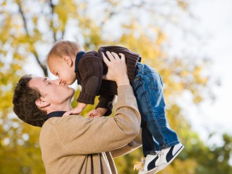 Kết quả hình ảnh cho bố bế trẻ