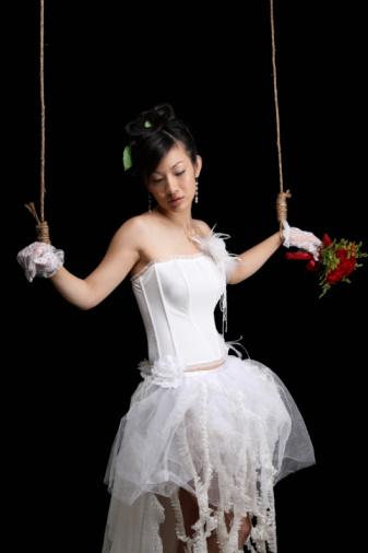 Lấy chồng sớm còn hay rơi vào các cô gái chơi bời chẳng may ễnh bụng ra nên  phải cưới gấp kẻo mang tai mang tiếng với họ hàng, xóm giềng, ...