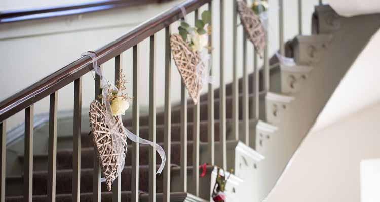 Ngất ngây với những cầu thang được trang trí với hoa tươi cực đẹp