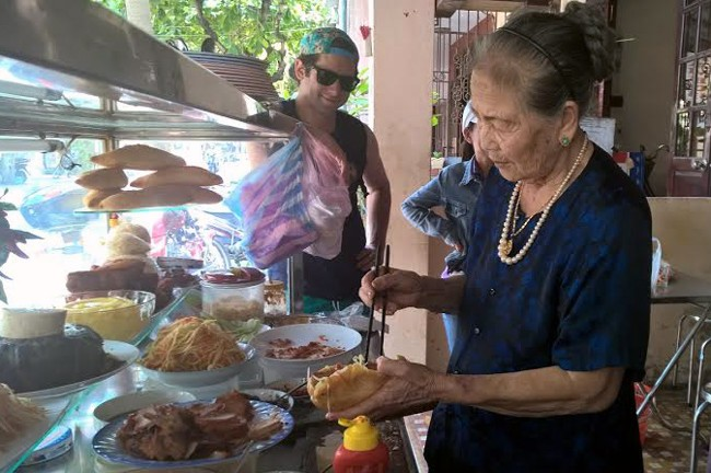 Cụ Lộc tự tay làm bánh mì bán cho khách mỗi ngày.