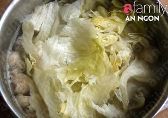 4 bước đơn giản nấu canh xà lách nấm thịt ngọt mát