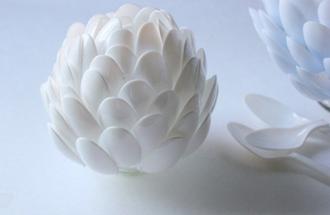 Bình cắm hình hoa Atiso tái chế từ thìa nhựa 4