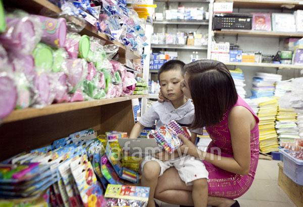 Bắt gặp Ngọc Khuê, Vi Hạnh đi sắm sách vở cho con