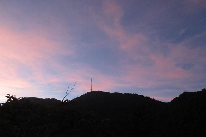 Đứng từ xa, bạn vẫn có thể nhìn thấy một công trình nghệ thuật biểu tượng khác của Tam Đảo: Tháp truyền hình. Để lên được tháp, bạn cần phải leo 1.394 bậc đá dốc thoai thoải, đường lên được bao bọc bởi cây cối hai bên. Hiện nay, ngọn tháp cao hơn 100m này đang tồn tại trên đỉnh núi cao 1.200m.