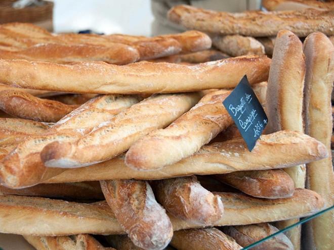 Bánh mì baguette tươi có lẽ là biểu tượng của ẩm thực Pháp. Baguette ăn không hoặc ăn kèm với phô mai truyền thống của Pháp như gruyère hay brie đều rất ngon. Nếu bạn đến Paris, hãy thử tiệm bánh Le Grenier à Pain, quán quân của giải baguette năm nay.