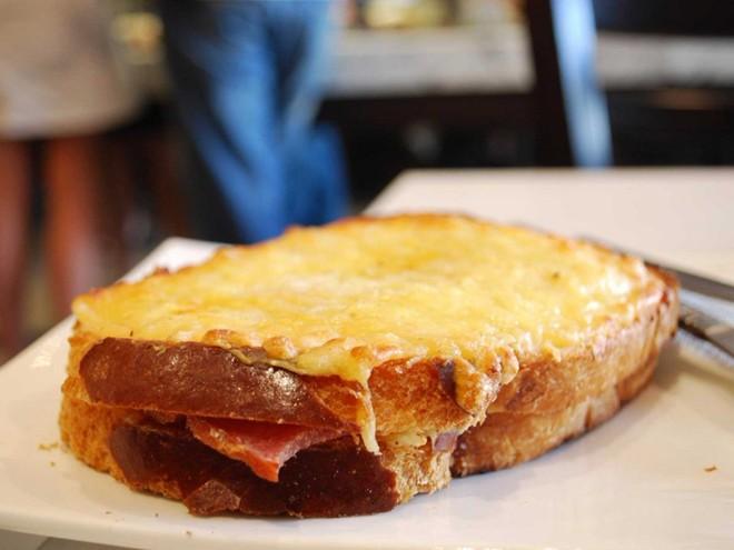Bánh sandwich phô mai nướng kiểu Pháp gồm thịt jambon và phô mai gruyere tan chảy, cùng nước xốt béchamel béo ngậy.