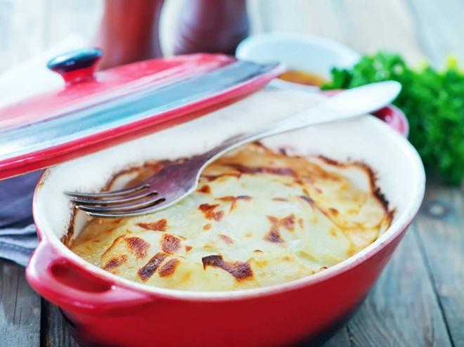 Khoai tây là món ăn kèm phổ biến ở Pháp. Ở vùng đông nam Dauphiné, người ta nấu khoai tây bỏ lò với sữa và kem, gọi là Glatin Dauphinois.