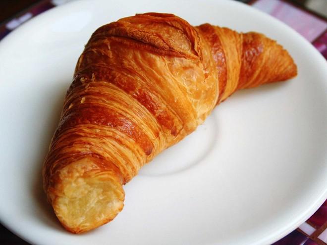 Ngoài baguette, bánh sừng trâu (croissant) cũng là một loại bánh nổi tiếng của Pháp với lớp bánh giòn tan, thơm ngậy vị bơ.