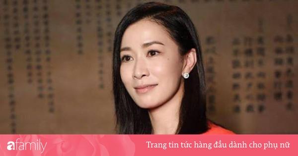 Mặc đơn giản, cười e ấp bên Huỳnh Hiểu Minh, Xa Thi Mạn lại khiến fan náo loạn: Chị ơi làm ơn đừng ''hack tuổi'' nữa!