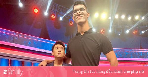 Hết bị chê béo, Trấn Thành bỗng hóa ''đuông dừa'' khi đứng cạnh chàng trai cao 2m2
