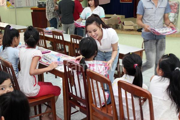 Vy Oanh tặng cặp cho trẻ em mồ côi