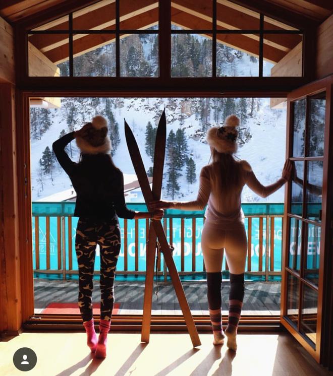 Hai cô gái xinh đẹp mở màn trào lưu đi du lịch cùng bạn gái thân khắp thế giới - Ảnh 2.