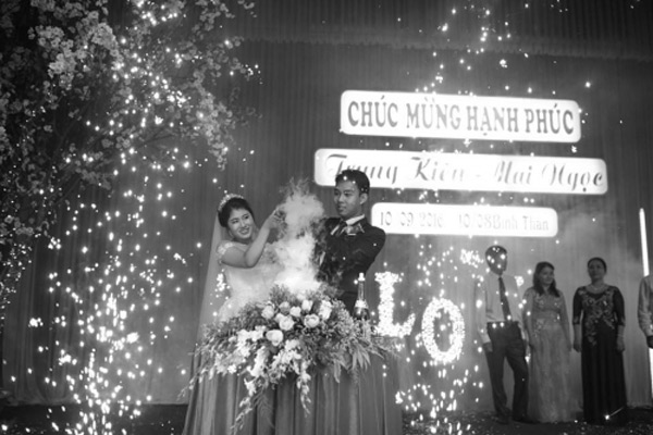 Choáng với đám cưới xa hoa, rước dâu bằng dàn ôtô gần 100 chiếc - Ảnh 4.