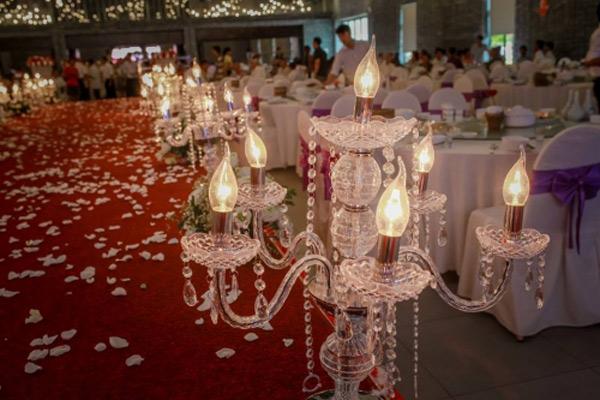 Choáng với đám cưới xa hoa, rước dâu bằng dàn ôtô gần 100 chiếc - Ảnh 9.