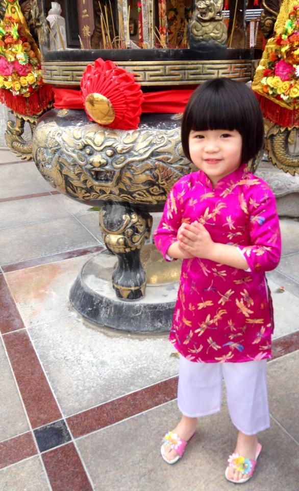 Con gái Thúy Nga mặc áo dài hồng dễ thương đi lễ chùa 2