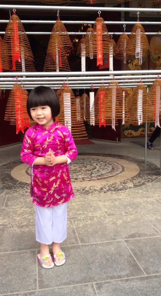 Con gái Thúy Nga mặc áo dài hồng dễ thương đi lễ chùa 3