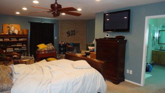 Phòng ngủ tối tăm trở nên thanh lịch, sáng sủa sau cải tạo 1